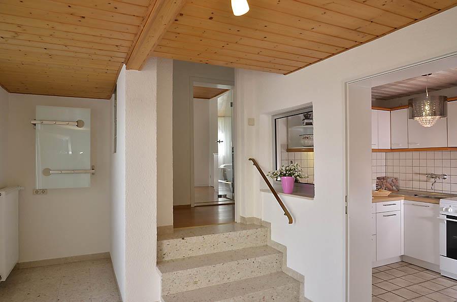 Eingangsbereich mit Garderobe und Zugang zu Küche und Bad, Fewo Nessel in Haßloch/Pfalz