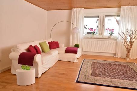 Großzügiges Wohnzimmer, anders dekoriert, Fewo Nessel in Haßloch/Pfalz
